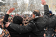 """29 ноября. Кандидат в президенты Южной Осетии Алла Джиоева и экс-секретарь Совбеза Южной Осетии Анатолий Баранкевич во время выступления на """"марше мира"""" на Театральной площади."""
