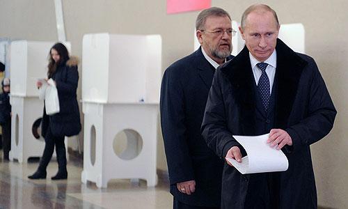Премьер-министр РФ Владимир Путин во время голосования на выборах в Государственную думу РФ на избирательном участке №2079 в Российской академии наук.