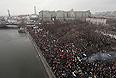"""Дополнительная колонна полицейских автобусов направилась в сторону Болотной площади, где вскоре должен завершиться многотысячный митинг оппозиции за честные выборы, передает корреспондент """"Интерфакса""""."""