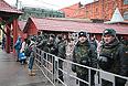 Колонны грузовой техники дежурят с утра субботы вокруг Кремля, Манежная площадь находится в оцеплении. Утром в субботу в районах, прилегающих к Красной, Манежной и Триумфальной площадям, начали стягиваться колонны грузовиков и автобусов с сотрудниками органов внутренних дел и солдат Внутренних войск.