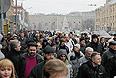 """Около 15 тыс. человек собрались на Болотной площади на санкционированный митинг оппозиции за честные выборы. """"По состоянию на 14:30, на Болотной площади находятся порядка 15 тыс. человек"""", - сообщили """"Интерфаксу"""" в пресс-службе ГУ МВД России по Москве. Там добавили, что в районе площади Революции пока находится около 100 человек, остальные люди по ранее определенному маршруту по тротуару организованно прошли на Болотную площадь."""