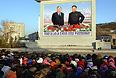 Жители города во время церемонии прощания с лидером КНДР Ким Чен Иром, которая прошла в Мемориальном дворце Кумсусан.