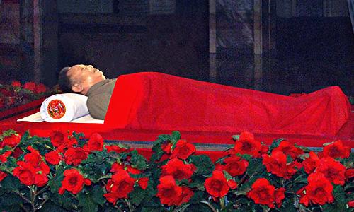 Тело лидера КНДР Ким Чен Ира в Мемориальном дворце Кумсусан.