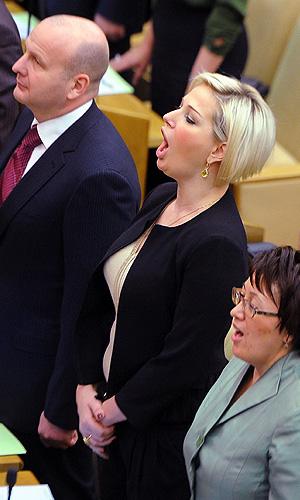 Депутат Госдумы РФ Мария Максакова (слева) перед первым пленарным заседанием Государственной Думы РФ шестого созыва.