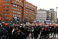 """Представитель оргкомитета митинга, член бюро движения """"Солидарность"""" Александр Рыклин заявил, что уже около 40 тыс. человек пришли на проспект Академика Сахарова в центре Москвы. """"Митинг еще не начался, но здесь уже порядка 40 тыс. человек. Люди продолжают подходить"""", - сказал он """"Интерфаксу"""". По его словам, обстановка в районе проведения санкционированного митинга остается спокойной, общественный порядок никто не нарушает."""