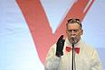 """Музыкальный критик Артемий Троицкий на митинге оппозиции """"За честные выборы"""" на проспекте Сахарова."""