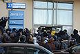 """В центральном офисе компании """"Ланта-тур вояж"""" начата выдача паспортов невыехавшим туристам и прием заявлений на получение компенсации, сообщили порталу """"Интерфакс-Туризм"""" в офисе туроператора. По словам собеседника агентства, в центральном офисе можно узнать о местонахождении паспорта: в одном из офисов или в консульстве. """"Консульства обещали вернуть паспорта частями в течение недели. Более точной информацией в офисе """"Ланта-тур вояж"""" пока не располагают. Для получения загранпаспорта необходим внутренний паспорт"""", - сообщили в офисе."""