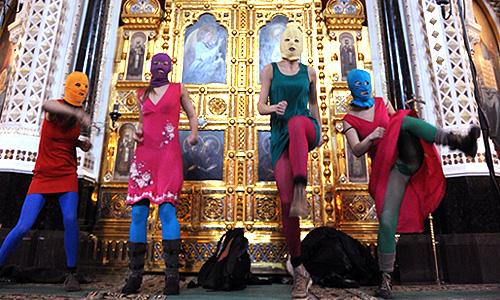Участницы феминистской панк-группы Pussy Riot во время нелегального выступления в Храме Христа Спасителя.