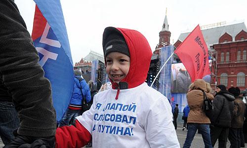 Участники акции в поддержку победившего на президентских выборах Владимира Путина на Манежной площади.