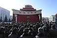 """Сотрудники полиции перед началом митинга """"За честные выборы"""" на улице Новый Арбат."""