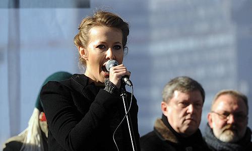 """Телеведущая Ксения Собчак во время выступления на митинге """"За честные выборы"""" на улице Новый Арбат."""