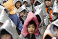 """Утечка радиации на АЭС """"Фукусима-1"""" и угроза ядерной катастрофы вынудила власти страны эвакуировать население 11 муниципалитетов префектуры Фукусима, около 16 млн человек из-за страха перед радиацией до сих пор живут вдали от родных мест. Реконструкция поврежденных землетрясением и цунами районов и разбор завалов продолжается до сих пор."""