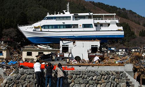 Наиболее пострадали три префектуры района Тохоку - Фукусима, Мияги и Иватэ, там оказались частично или полностью разрушены 370 тыс. домов, люди были вынуждены переехать в возведенные властями временные жилища.