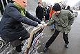 Потасовка между молодым человеком и участницой пикета в поддержку участниц феминистской панк-группы Pussy Riot, подозреваемых по делу о хулиганстве в храме Христа Спасителя.
