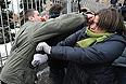 Потасовка между молодым человеком и участницой пикета в поддержку феминистской панк-группы Pussy Riot, подозреваемых по делу о хулиганстве в храме Христа Спасителя.