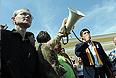 Бывший кандидат в мэры Астрахани Олег Шеин (слева) и депутат Госдумы РФ Дмитрий Гудков (справа) во время несанкционированной акции протеста против фальсификации результатов выборов мэра Астрахани.