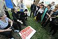 Бывший кандидат в мэры Астрахани Олег Шеин (слева) с участниками несанкционированной акции протеста против фальсификации результатов выборов мэра Астрахани.