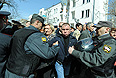 Участники несанкционированной акции протеста против фальсификации результатов выборов мэра Астрахани.