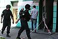 """В результате прозвучавших в пятницу взрывов в центре Днепропетровске, по предварительным данным, пострадали 27 человек, сообщили агентству """"Интерфакс-Украина"""" в пресс-службе МинЧС. При этом в ведомстве уточнили, что 25 из этих пострадавших были госпитализированы. Между, как сообщил агентству """"Интерфакс-Украина"""" источник в силовых структурах, 12 человек госпитализированы в состоянии средней тяжести, одному из них уже проводят операцию по ампутации руки."""