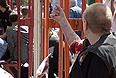 """В результате прозвучавших в пятницу взрывов в центре Днепропетровске, по предварительным данным, пострадали 27 человек, сообщили агентству """"Интерфакс-Украина"""" в пресс-службе МинЧС. При этом в ведомстве уточнили, что 25 из этих пострадавших были госпитализированы."""