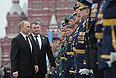 Президент РФ Владимир Путин и исполняющий обязанности министра обороны РФ Анатолий Сердюков во время военного Парада Победы на Красной площади.