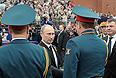 Владимир Путин и исполняющий обязанности министра обороны РФ Анатолий Сердюков во время военного Парада Победы на Красной площади.