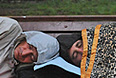 """Активисты оппозиции и их сторонники, обосновавшиеся на Чистопрудном бульваре в Москве, запасаются едой, убирают территорию и развлекают себя спортивными играми. Как передал корреспондент """"Интерфакса"""", обитателям лагеря у памятника казахскому поэту Абаю Кунанбаеву с утра приносят съестные припасы, воду, кофе и чай. На одной из скамеек в сквере активисты организовали своеобразный """"шведский стол"""" с бутербродами и выпечкой."""