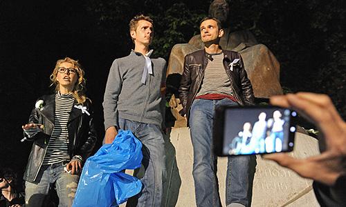"""Член федерального политсовета движения """"Солидарность"""" Илья Яшин (справа) и телеведущая Ксения Собчак во время акции оппозиции на Чистопрудном бульваре."""