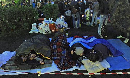 Активисты оппозиции и их сторонники, обосновавшиеся на Чистопрудном бульваре в Москве, запасаются едой, убирают территорию и развлекают себя спортивными играми.
