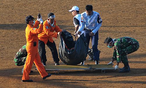 На месте крушения SSJ-100 в Индонезии условно опознаны несколько российских граждан.