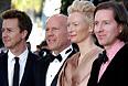 Режиссер Вес Андерсон (справа) и актеры его фильма: Эдвард Нортон (слева), Брюсс Уиллис (второй слева) и Тильда Суинтон.
