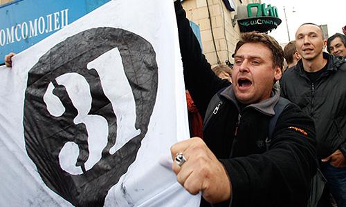 Несколько активистов оппозиции задержаны на Триумфальной площади полицией в четверг вечером за участие в несанкционированном митинге. Полицейские в защитных шлемах отвели задержанных в автобусы. Полиция не дает оппозиционерам собираться, оттесняя людей от концертного зала имени Чайковского.