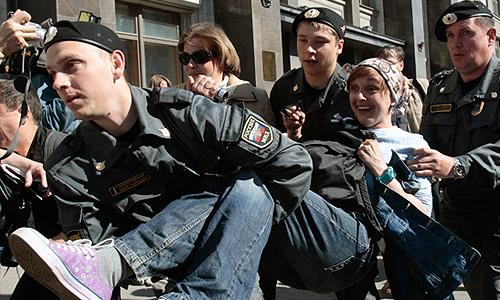 Задержание участника акции протеста против принятия поправок, ужесточающих ответственность за проведение несанкционированных уличных акций, у здания Госдумы