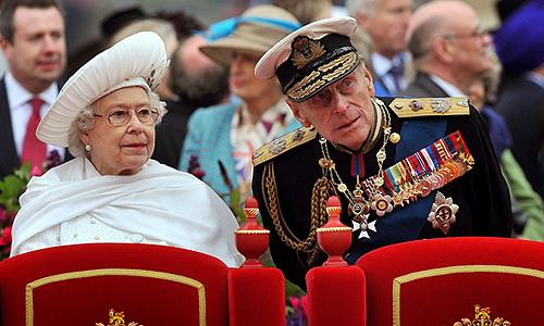 """Герцог Эдинбургский, принц Филип, супруг королевы Великобритании Елизаветы II госпитализирован в понедельник, сообщает королевская канцелярия. По данным Букингемского дворца, 90-летний принц Филип помещен в больницу короля Эдуарда VII в Лондоне """"из превентивных соображений""""."""