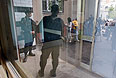 """Обыск у Алексея Навального. """"У Алексея изъяли всю технику, находившуюся в доме, на которой может храниться какая-либо информация: компьютеры, съемные носители, забрали даже мобильные телефоны у него и его супруги"""", - сообщила """"Интерфаксу"""" пресс-секретарь А.Навального Анна Ведута"""