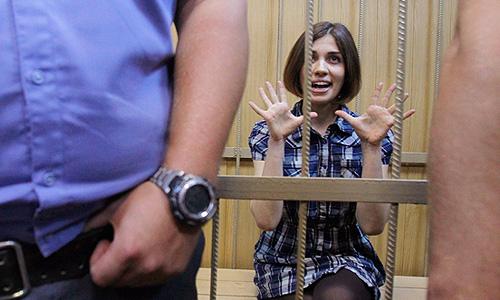 """В среду Таганский районный суд Москвы рассмотрел ходатайство следствия о продлении ареста трем девушкам из группы Pussy Riot. Одна из арестованных говорит, что сотрудники Центра """"Э"""" МВД РФ угрожают реальным сроком заключения, если она не признает свою вину."""