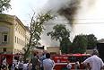 В ходе тушения пожарные и спасатели также эвакуировали из ремонтировавшегося корпуса 15 баллонов с пропаном и кислородом.