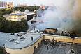 Ситуацию дополнительно осложняло то, что по соседству с горящим зданием располагались другие постройки, а ы 200 м от пожара находится памятник культуры - Петровский путевой дворец.