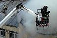 Прибывшие на мето пожарные услышали в горящем здании сильные хлопки. По предварительным оценкам, огонь бушевал на 2 тыс. квадратных метров, позднее эту цифру сократили до 1,5 тысячи.