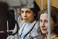 Участницы Pussy Riot Надежда Толоконникова и Мария Алехина (слева направо), обвиняемые в хулиганстве в храме Христа Спасителя, перед началом заседания в Хамовническом суде.