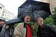 Писатель Григорий Чхартишвили (Борис Акунин) и поэт Лев Рубинштейн (слева направо на первом плане) во время акции у здания Хамовнического суда, где проходят слушания по делу участниц панк-группы Pussy Riot.