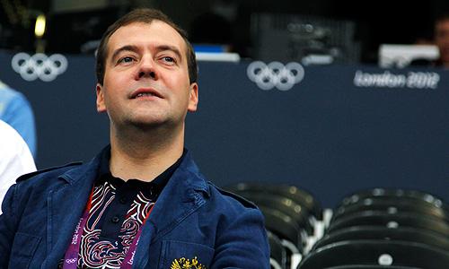 Премьер-министр России Дмитрий Медведев во время волейбольного матча женской группы между командами России и Англии.