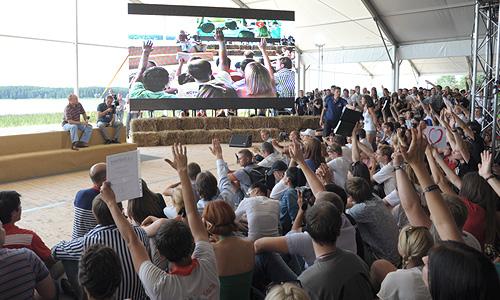 """""""Протестную волну"""" во время общения с Путиным поднял блогер и гражданский активист Дмитрий Терновский, предваривший свой вопрос пространным выступлением, в котором упоминалась и предвзятость судов при рассмотрении дел незаконно задержанных участников уличных протестов, и суд над группой Pussy Riot."""