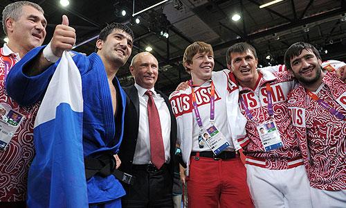 """На уточняющий вопрос журналистов, знал ли президент, что Тагир Хайбулаев одержит победу, когда ехал на соревнования по дзюдо, Путин с улыбкой отметил: """"Не знал, конечно!""""."""