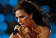 Виктория Бэкхэм выступила на церемонии вместе с другими участницами коллектива Spice Girls.