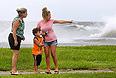 """По данным Центра наблюдения за ураганами, траектория, по которой идет этот ураган, идентична той, по которой семь лет назад прошел ураган """"Катрина"""", разоривший Новый Орлеан. В то же время сотрудники центра отмечают, что """"Айзек"""" значительно слабее """"Катрины""""."""