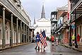 Наименее оживленные улицы Нового Орлеана патрулируют вооруженные бойцы Национальной гвардии США. Их задача - бороться против мародеров, которые могут активизироваться, когда через несколько часов на город обрушится ураган.