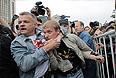 """Организаторы акции оппозиции в Москве просят полицию вывести с огороженной территории активистов """"Евразийского союза молодежи"""". Как передает корреспондент """"Интерфакса"""", мужчина, на груди которого бейдж """"Организатор"""" и белая лента, обратился к дежурящим у рамок полицейским с просьбой вывести за огороженную территорию активиста """"Евразийского союза молодежи"""", который развернул плакат """"Миллионы вас, нас тьмы, и тьмы, и тьмы""""."""