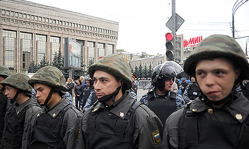 """Сотрудники правоохранительных органов во время акции """"Марш миллионов"""" на проспекте Сахарова."""