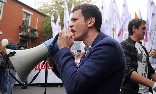 """Член бюро движения """"Солидарность"""" Илья Яшин на акции """"Марш миллионов"""" во время шествия от Пушкинской площади к проспекту Сахарова."""